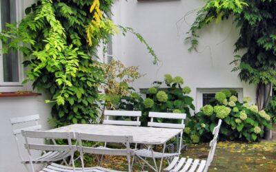 Hvidmalet havemøbler – den klassiske løsning til haven